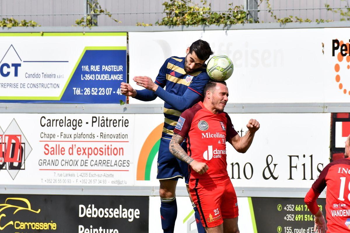 Geoffrey Franzoni dominé par Samir Hadji. L'attaquant du Fola inscrit ainsi le premier de ses deux buts contre Differdange.