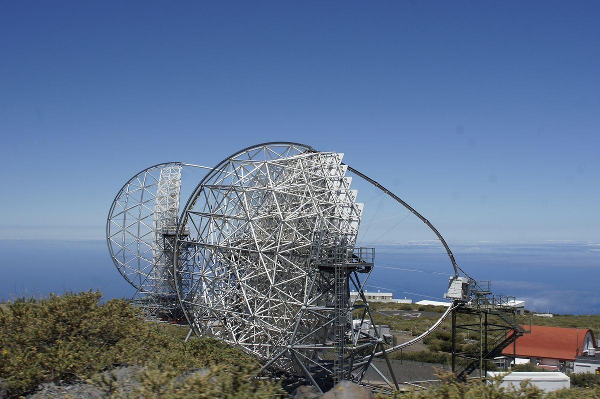 Ein noch unfertiges Gammastrahlen-Teleskop, das gerade auf dem Roque de los Muchachos gebaut wird. Das sogenannte Tscherenkow-Teleskop hat einen Durchmesser von gut 23 Metern und soll im Herbst eingeweiht werden. Diese Art der Teleskope misst energiereiche Gammastrahlen und gewährt Einblicke in Phänomene wie gewaltige Explosionen und Kollisionen von Sternen mit anderen Himmelskörpern.