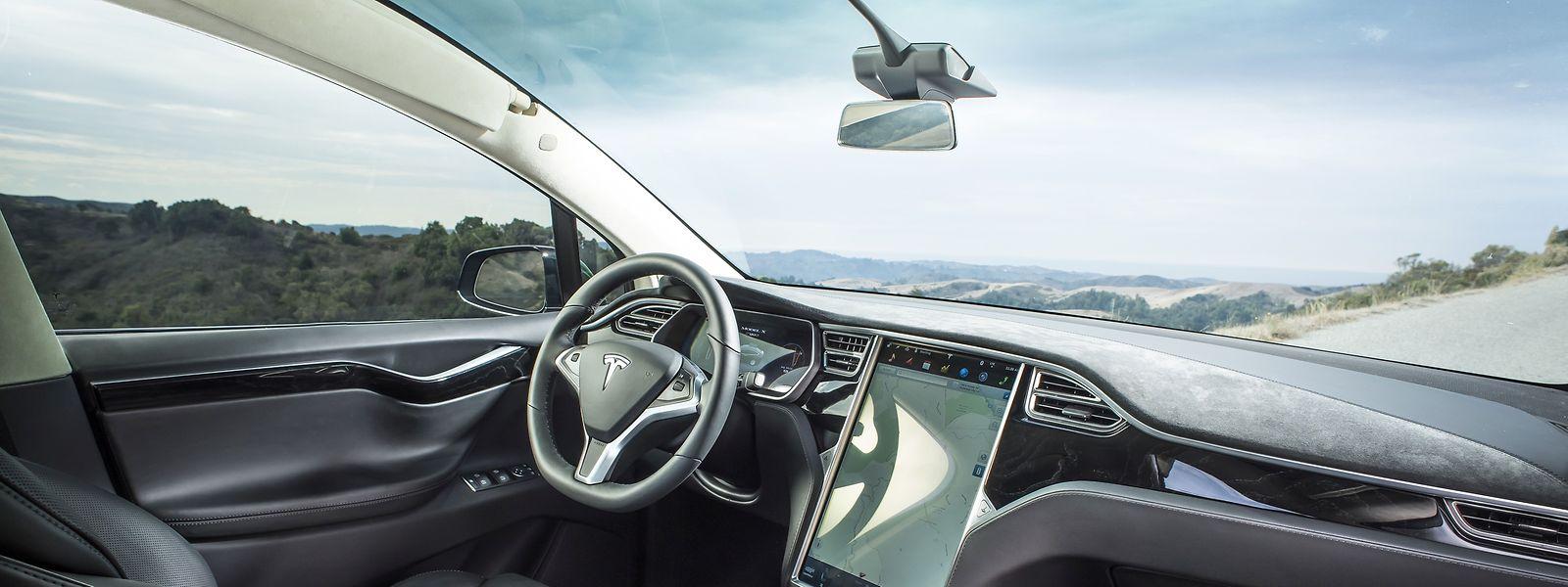 Tesla wies in einem Blogeintrag darauf hin, dass Fahrzeuge mit eingeschalteter Autopilot-Software die rezente Unfallstelle allein seit Jahresbeginn rund 20 000 Mal ohne Zwischenfälle passiert hätten.