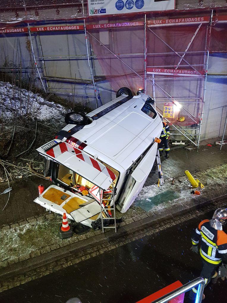 Die Rettungskräfte mussten das Fahrzeug mit schwerem Gerät bergen.