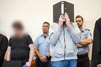 Die Angeklagten Mario S. (l) und Andreas V. im Gerichtssaal des Landgerichts Detmold.