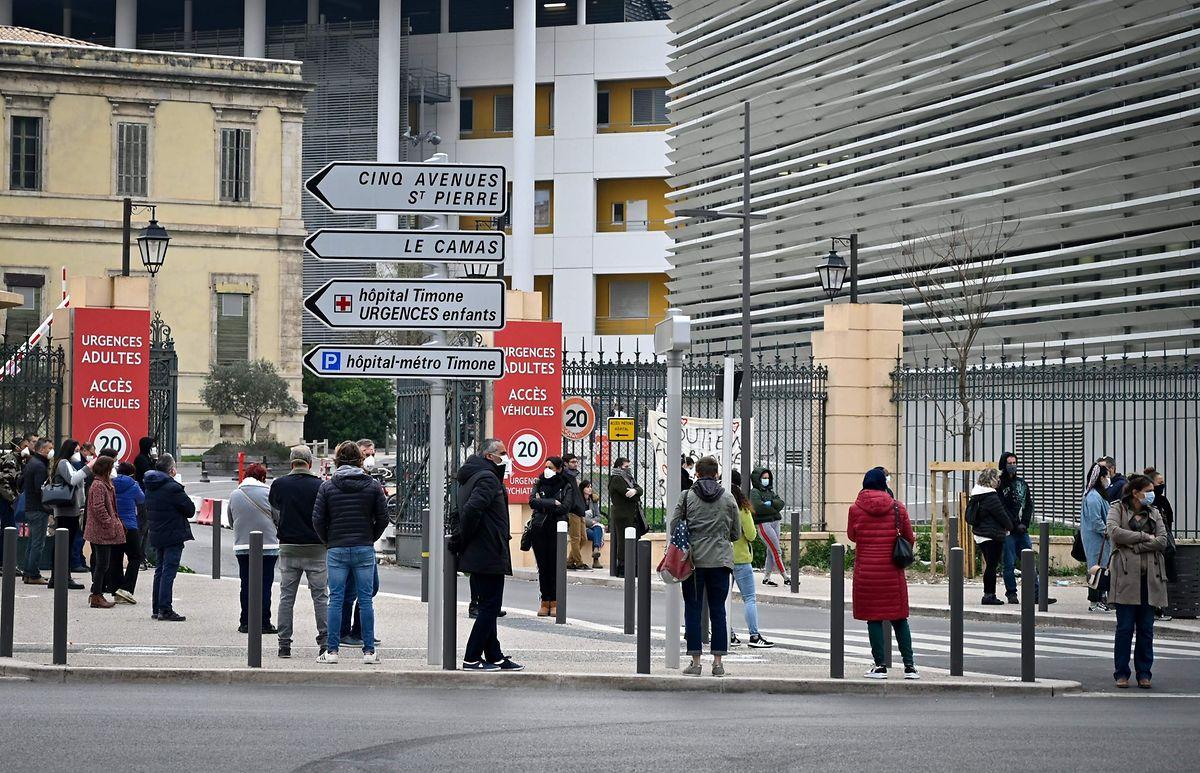Devant l'Institut hospitalier universitaire Méditerranée-Infection, des gens font la file pour être dépistés par le docteur Raoult.