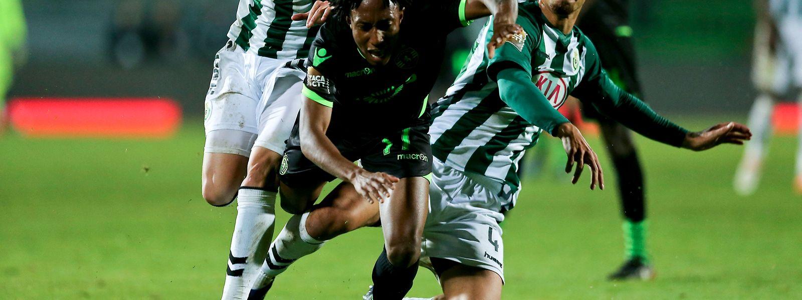 Os jogadores do Vitória de Setúbal Nuno Santos (E) e Fábio Cardoso (D) disputam a bola com Gelson Martins do Sporting durante o jogo do grupo A da Taça da Liga disputado no estádio do Bonfim em Setúbal, 4 de janeiro de 2017. MIGUEL A. LOPES/LUSA