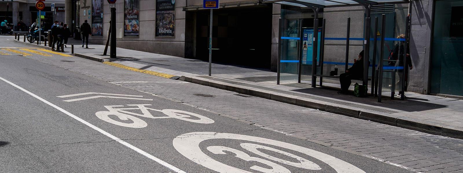 In Spanien gilt seit Dienstag zur Vermeidung tödlicher Unfälle innerorts auf den meisten Straßen eine Höchstgeschwindigkeit von 30 Stundenkilometern. Enge Straßen mit nur einem Fahrstreifen, wie es sie vor allem in den Altstädten oft gibt, dürfen sogar nur mit maximal 20 Stundenkilometern befahren werden.