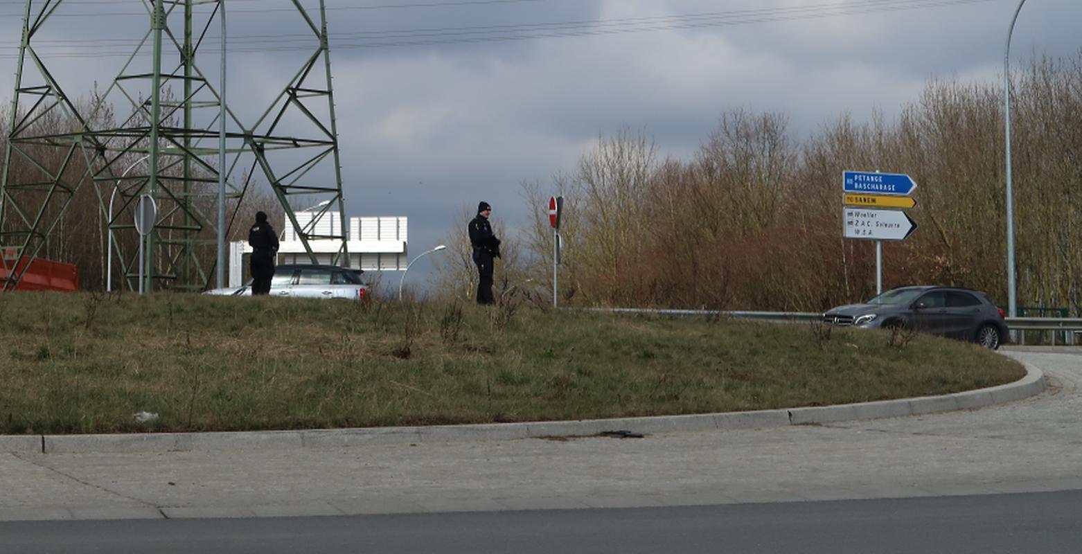 La police en arme à la sortie de l'A13 à Differdange vers 12h20