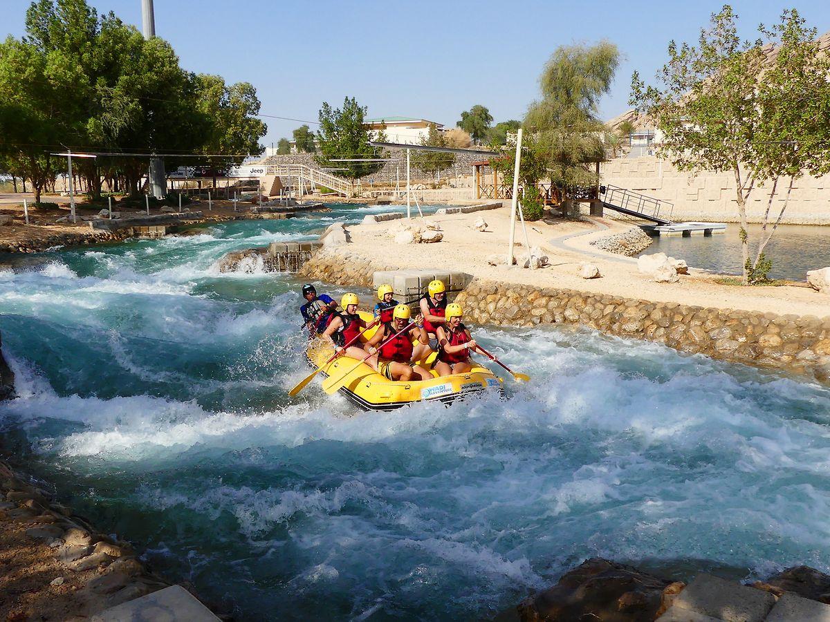 Einen Adrenalinkick bietet die Wildwasserfahrt im Wasserpark Wadi Adventure bei Al Ain.