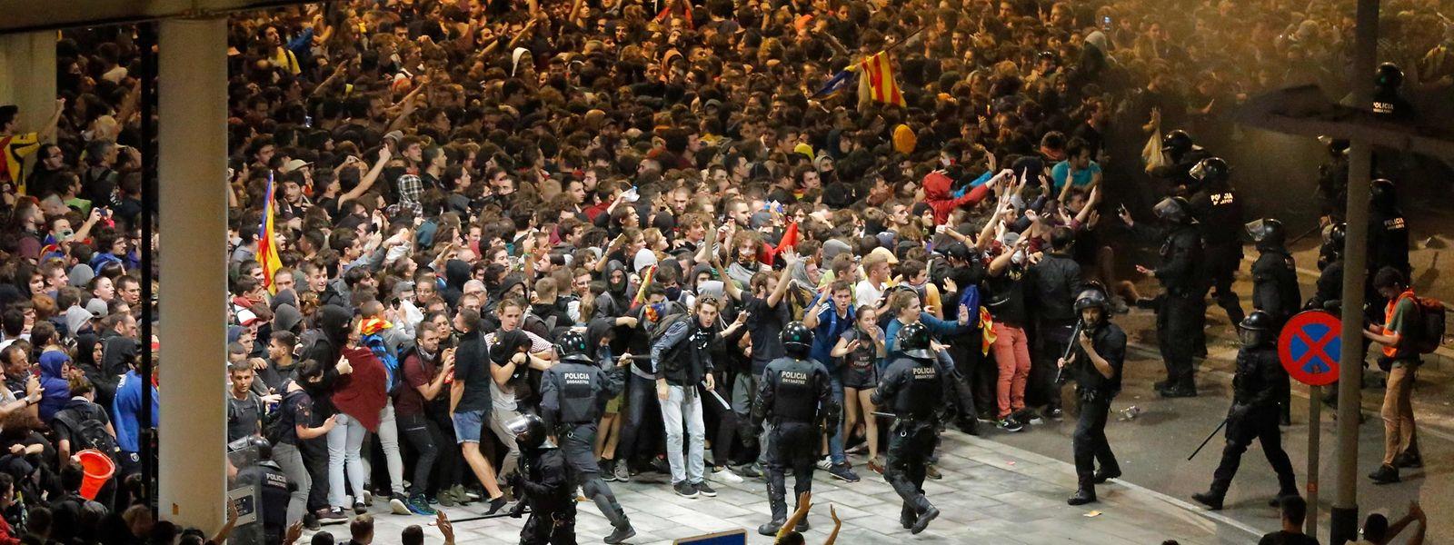 Demonstranten im Infight mit der Polizei außerhalb des Flughafens El Prat in Barcelona.