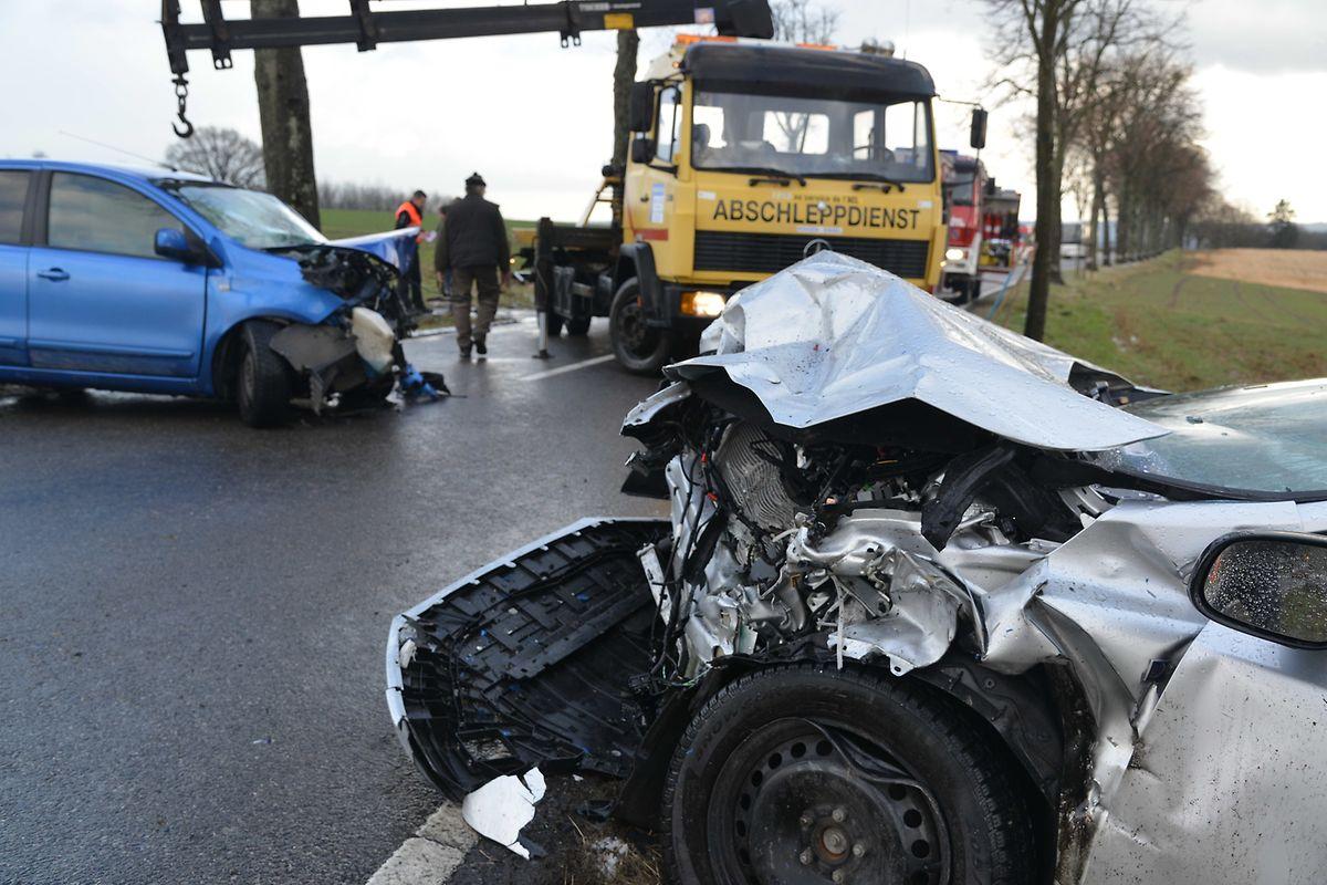 Beide Autos wurden völlig zerstört.