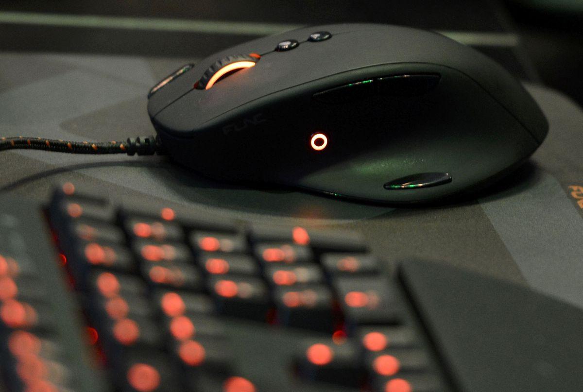 Spezielle PC-Mäuse und Tastaturen bieten Vielspielern programmierbare Zusatztasten, mit denen man die entscheidende Millisekunde schneller sein kann.