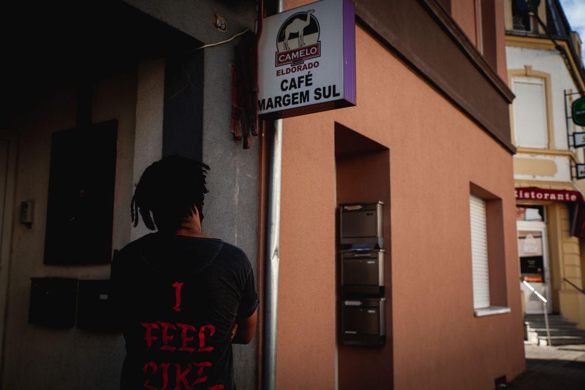 Beto lamenta a sorte dos fronteiriços no café Margem Sul, Athus, Bélgica.
