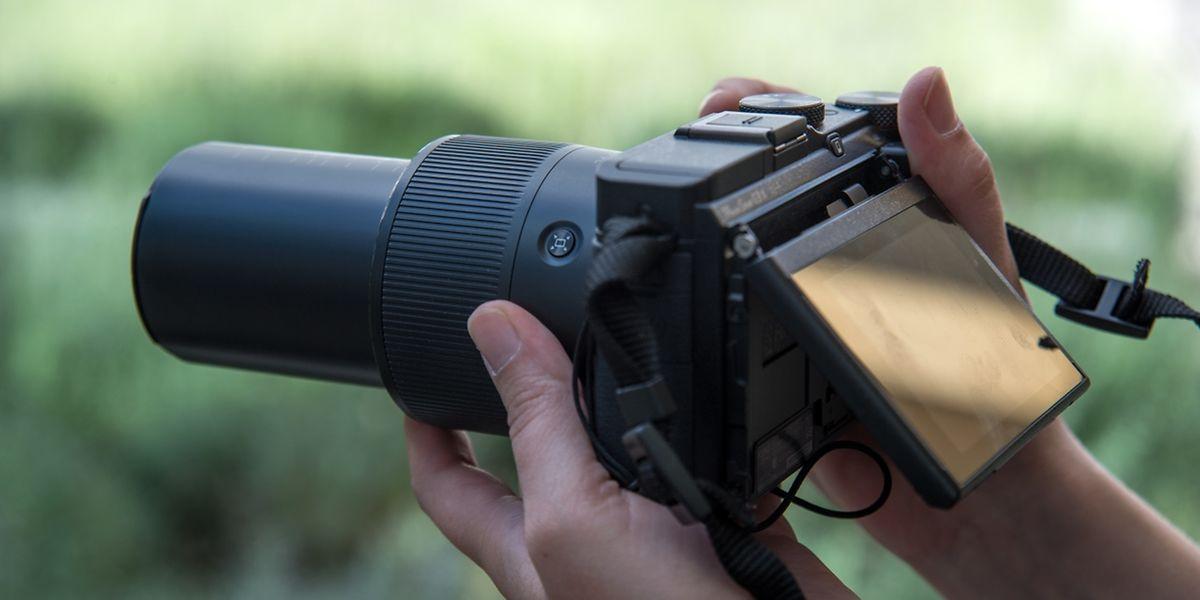 Bridgekameras haben Objektive mit Brennweiten von Weitwinkel bis Tele. Dafür sind sie relativ groß und man kann ihr Objektiv nicht wechseln.
