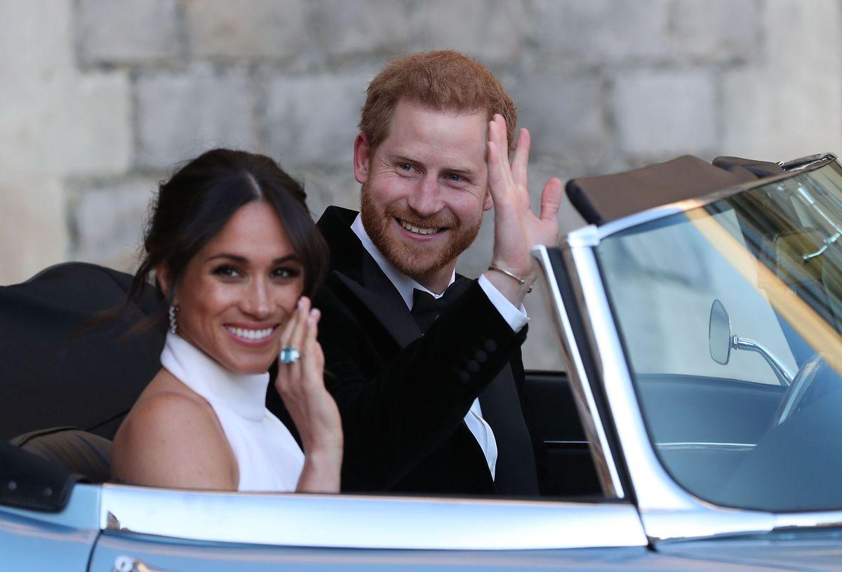 Am Abend trug die Braut am Ringfinger ihrer rechten Hand einen ganz besonderen Ring. Das bläulich schimmernde Schmuckstück hatte Harrys 1997 gestorbener Mutter Diana gehört - und war offenbar ein ganz besonderes Hochzeitsgeschenk Harrys an seine Braut.