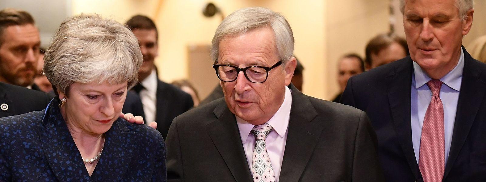 La Première ministre britannique Theresa May (à g.), le président de la Commission européenne Jean-Claude Juncker (au centre) et le chef des négociations du Brexit Michel Barnier (à dr.).