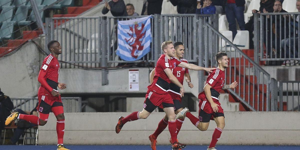 O luxemburguês Olivier Thill festeja o golo marcado à Bulgária.