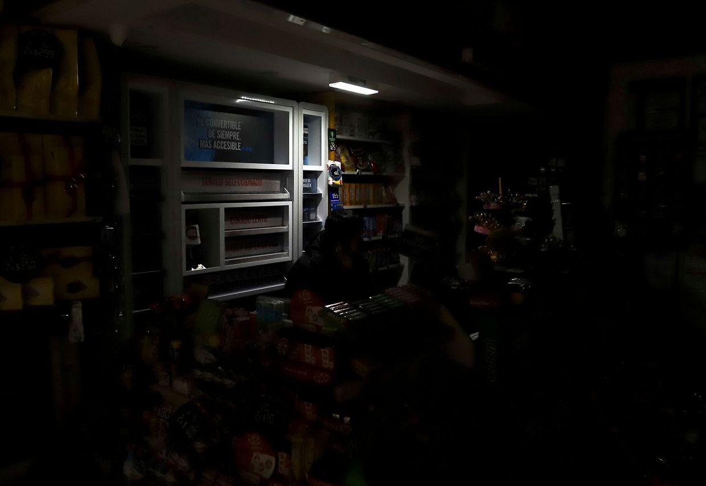 Argentinien: Ein Mann arbeitet bei Dunkelheit in einem Supermarkt in Bienos Aires