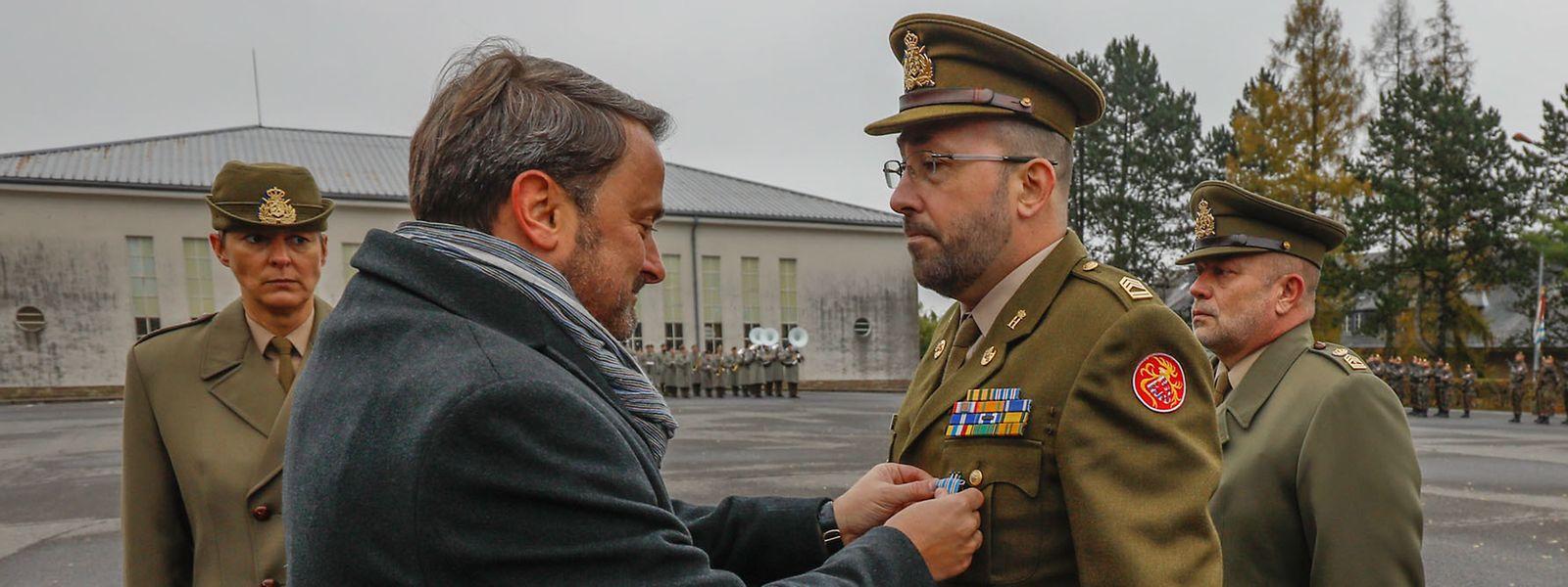 Le Premier ministre, Xavier Bettel remet à l'adjudant-chef John Lanser la Croix d'Honneur et de Mérite militaire.