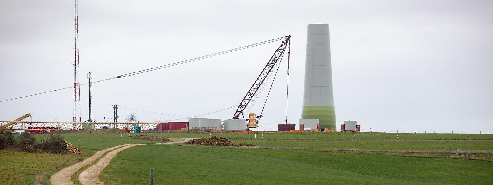 Une fois équipé de son rotor et de ses pales, le mât du Pafebierg, non loin de la frontière germano-luxembourgeoise, culminera à 206 mètres. Son montage doit être fini en mai.