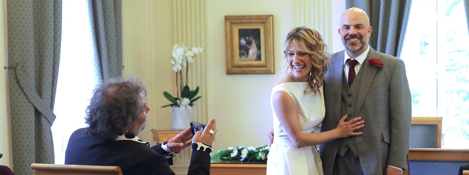 Ein Foto fürs Familienalbum: Serge Tonnar (l.) knipst das Brautpaar.