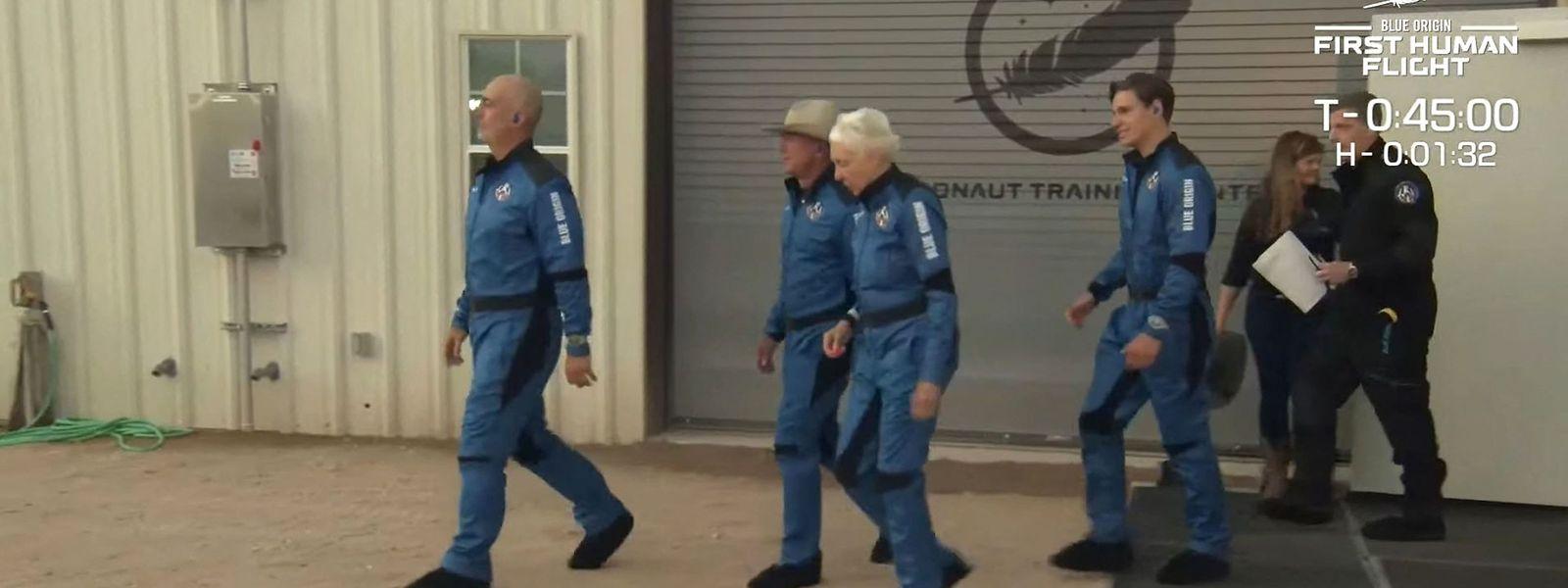 """Mark Bezos, Jeff Bezos,  Wally Funk and Oliver Daemen auf ihrem Weg zur """"New Shepard""""."""