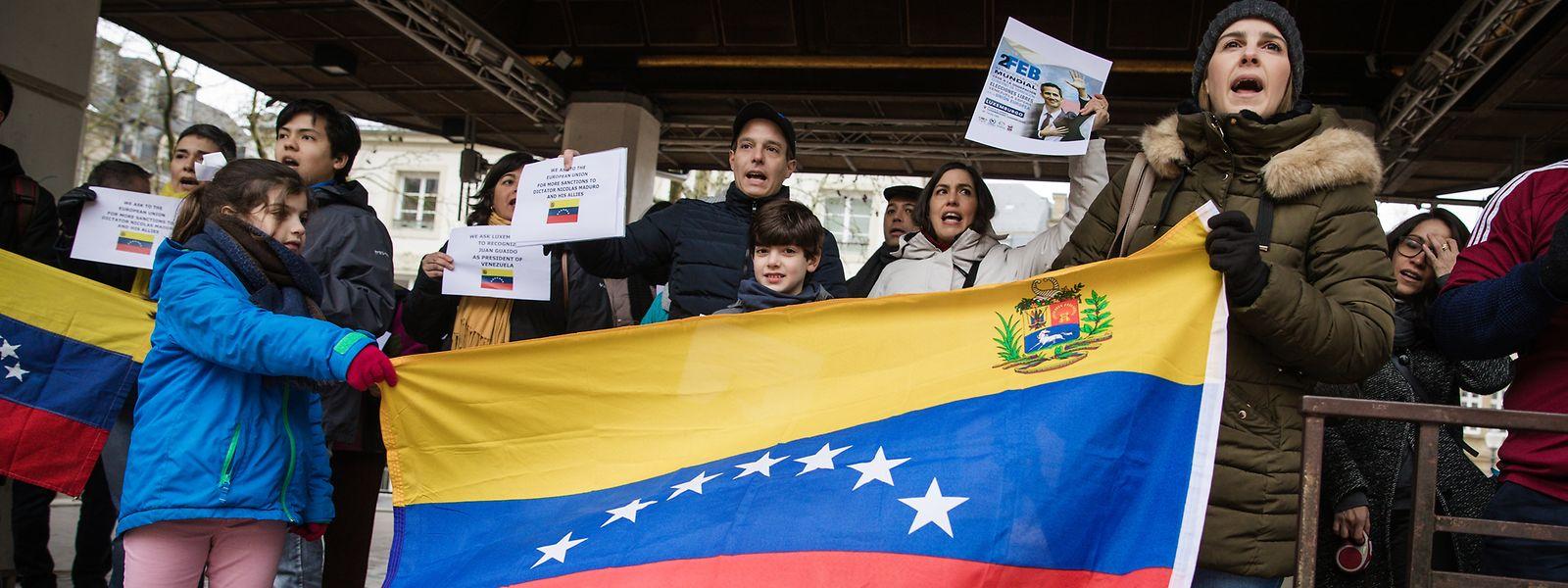 Irene Montero, in der weißen Jacke, und ihre Landsleute waren am Samstag dem Appell des Interimspräsidenten Juan Guaidó gefolgt.