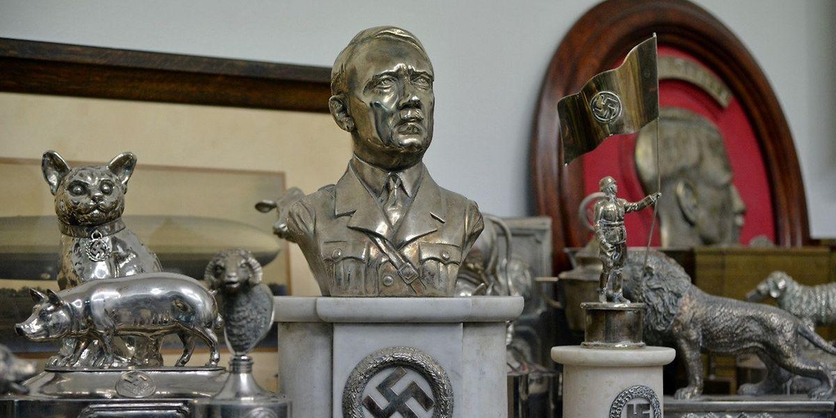 Bei einer Durchsuchung fanden sich in einem Raum hinter einer Schiebetür die insgesamt 75 Devotionalien aus der Nazi-Zeit.