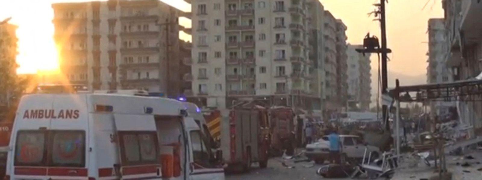Einsatzkräfte kommen an den Ort, an dem die Bombe detonierte.