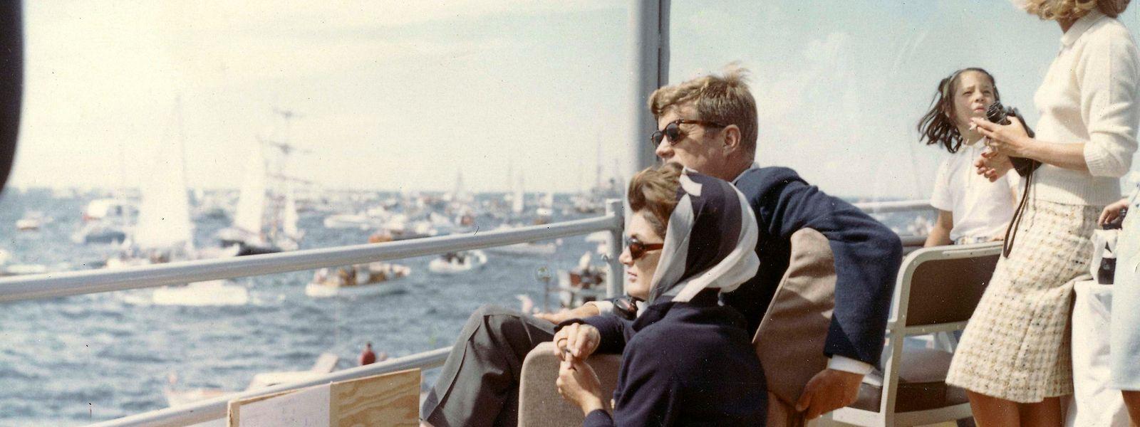 "John F. Kennedy und Ehefrau Jacky verfolgen 1962 an Bord der ""USS Joseph P. Kennedy Jr."" den ""America's Cup"" in Newport vor Rhode Island."