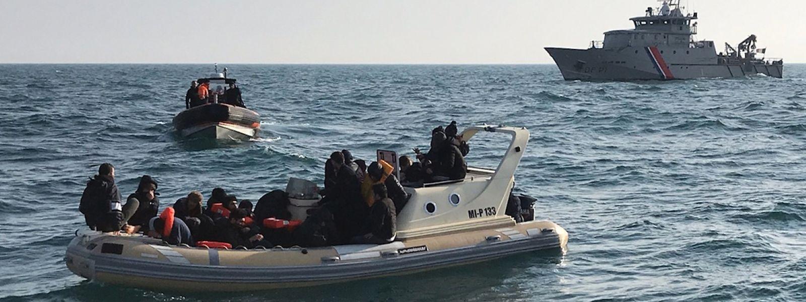 Ein Boot der französischen Küstenwache fängt eines der Boote ab.