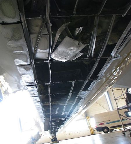 Die Unterseite der Q400 wurde komplett aufgerissen.