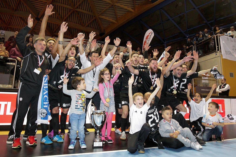 Gruppenfoto nach Finalsieg mit Pokal Numa final electrizante, a ALSS/ FC Münsbach foi a mais feliz e conquistou a taça do Luxemburgo em futsal que na época passada lhe fugiu