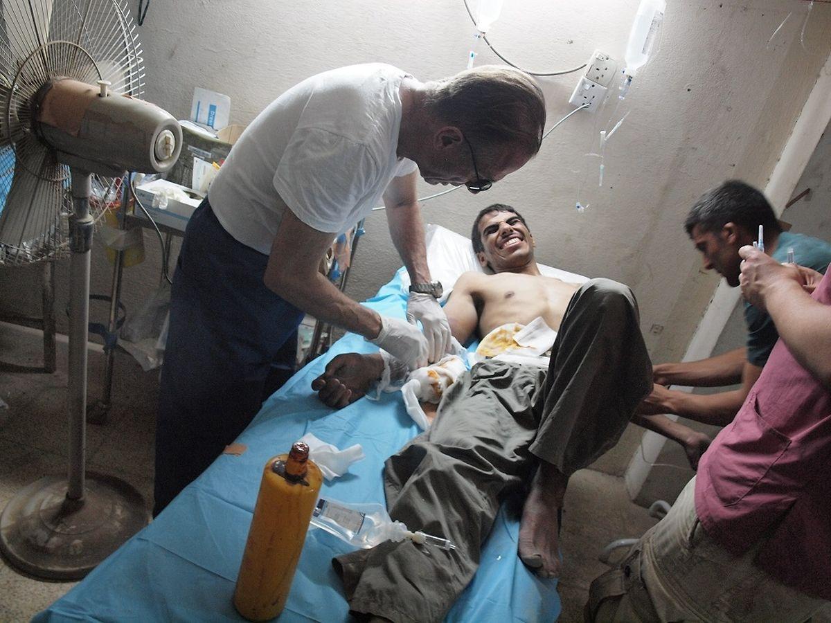 Trotz Schmerzmittel hält es der Dschihadist kaum aus ohne zu schreien.