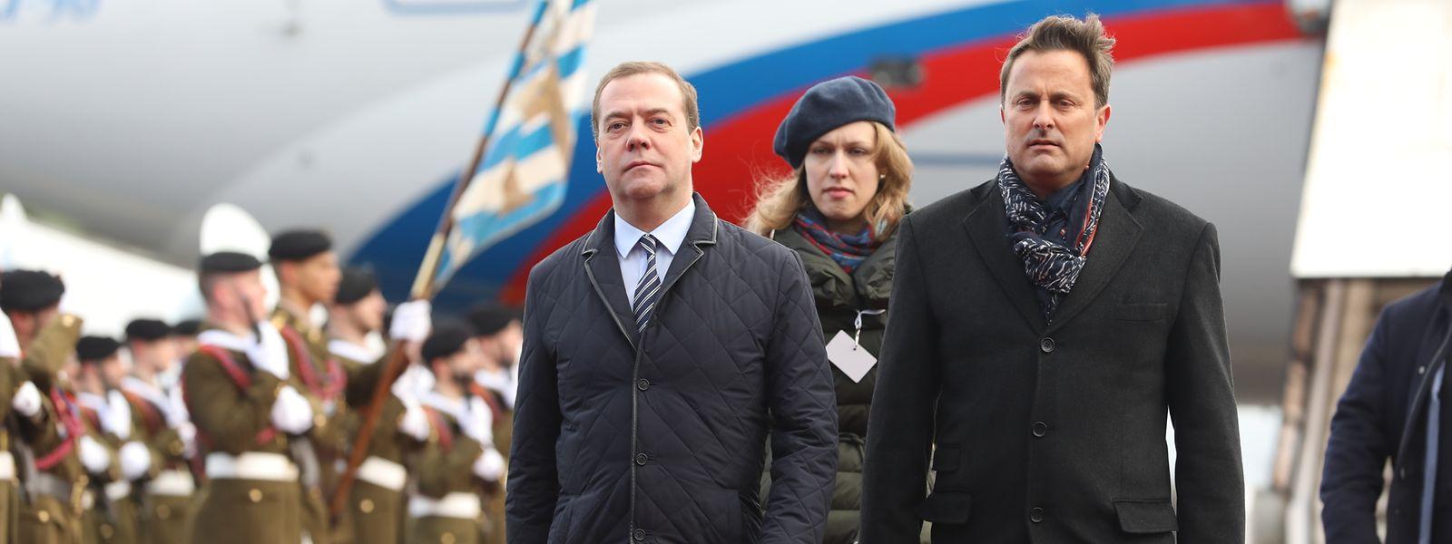 Dmitri Medwedew (l.) bei seiner Ankunft auf dem Findel.