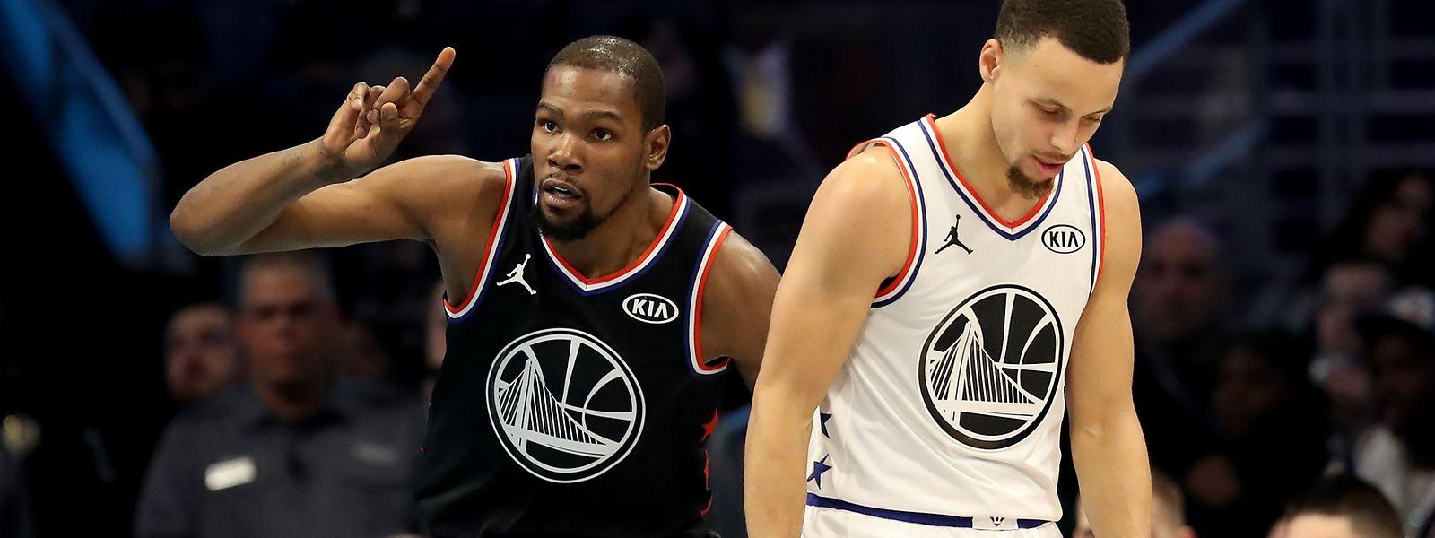 Kevin Durant (l.) und Stephen Curry sind normalerweise Teamkollegen. Das war in Charlotte anders.
