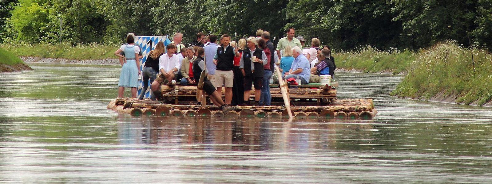 Über 28 Kilometer führt die Floßfahrt für die Touristen von Wolfratshausen nach München.