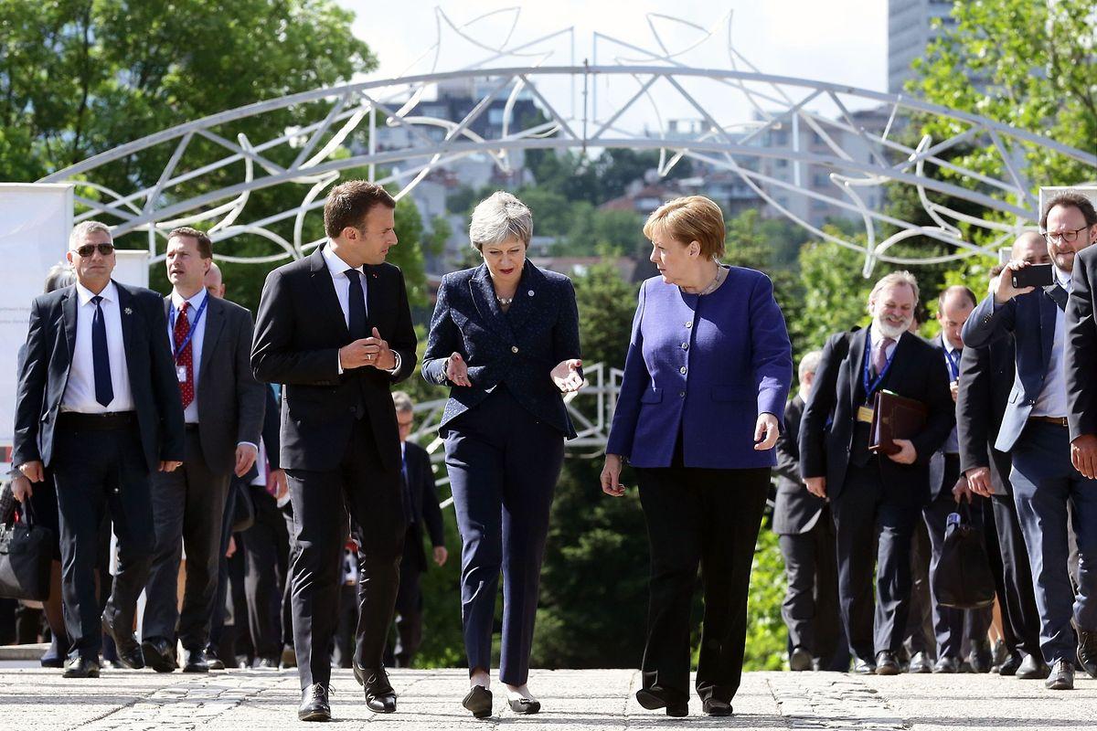 Mittendrin, statt nur dabei: Theresa May zwischen Emmanuel Macron und Angela Merkel.