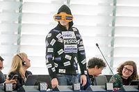 dpatopbilder - 16.07.2019, Frankreich, Straßburg: Nico Semsrott (Die Partei) spielt mit Aufklebern auf seiner Bekleidung nach der Bewerbungsrede von der Leyens vor den Abgeordneten des Europaparlaments auf ihre Berateraffäre an. Von der Leyen bewirbt sich als neue EU-Kommissionspräsidentin. Die Staats- und Regierungschefs der EU hatten die CDU-Politikerin als Nachfolgerin von EU-Kommissionspräsident Juncker vorgeschlagen. Foto: Michael Kappeler/dpa +++ dpa-Bildfunk +++