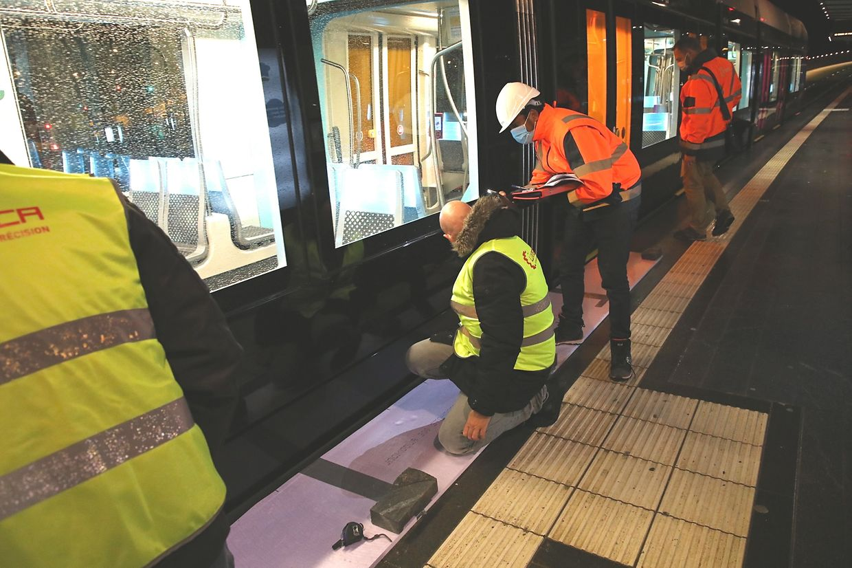 A chacune des quatre stations, les techniciens ont vérifié le juste alignement du tram par rapport au quai. Minutie de rigueur.