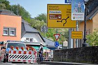 08.05.2020, Luxemburg, Echternach: Eine Polizistin steht neben einer Straßensperre auf der deutschen Seite der Grenzbrücke die unerlaubte Einreise nach Luxemburg. In Echternach (Luxemburg) protestierten Vertreter des Echternacher Gemeinderats und des Eifelkreises Bitburg-Prüm gegen die Schließung der Grenze zwischen Luxemburg und Deutschland. Foto: Harald Tittel/dpa +++ dpa-Bildfunk +++