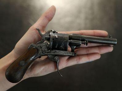 Le revolver, un Lefaucheux (célèbre marque de l'époque) à la crosse de bois, un six coups de calibre 7 millimètres, est estimé entre 50.000 et 60.000 euros.