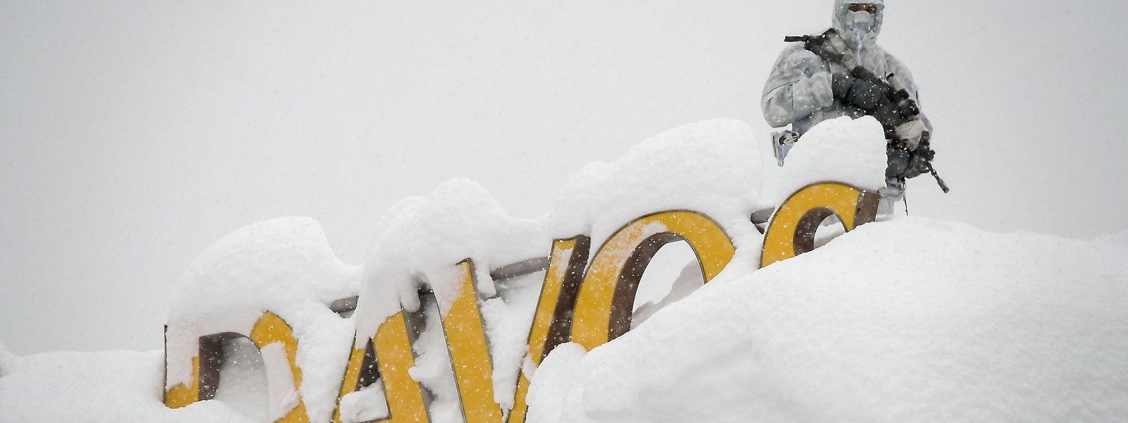 Trotz fest anhaltendem Schneefall bleibt das Kongresszentrum in Davos gut überwacht.