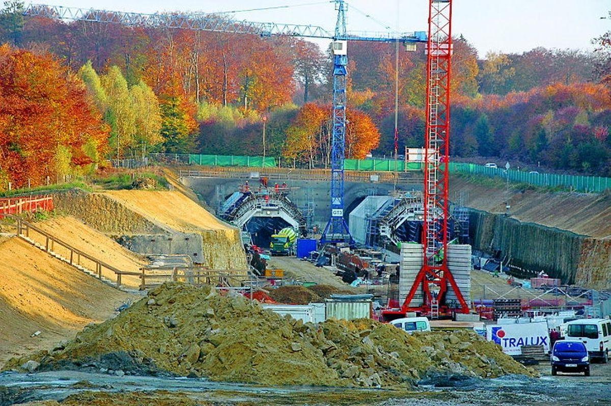 """Nordportal des Tunnels """"Stafelter"""": Die ersten 200 Meter werden in offener Bauweise gebaut. Im August des kommenden Jahres sollen die Aushubarbeiten abgeschlossen sein."""