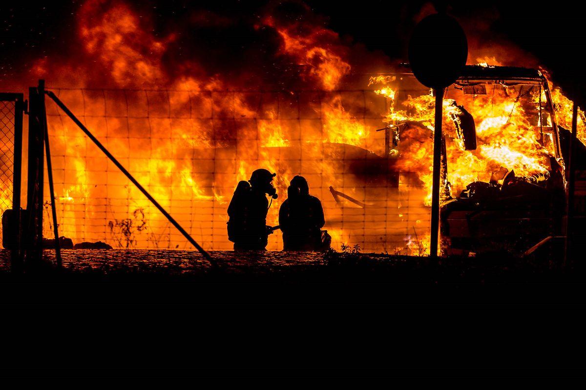 Die Fahrgäste und der Busfahrer hätten sich rechtzeitig aus dem Bus retten können, bevor das Feuer vom Motor auf den Fahrgastraum übergriff, teilte die Polizei am Morgen mit.