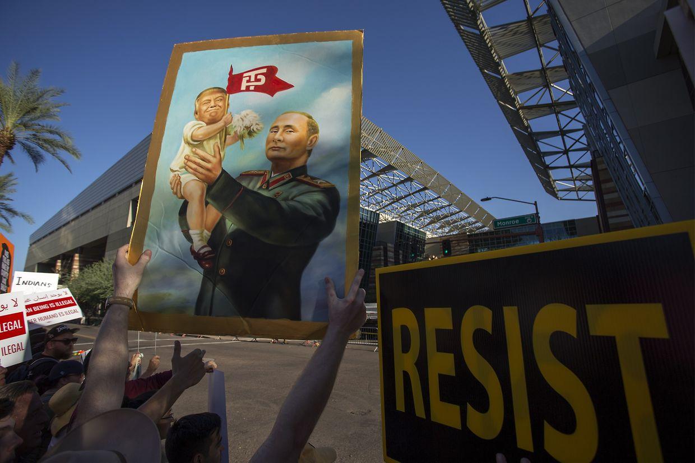 Vor der Tür regte sich Protest - Tausende demonstrierten gegen die Veranstaltung.