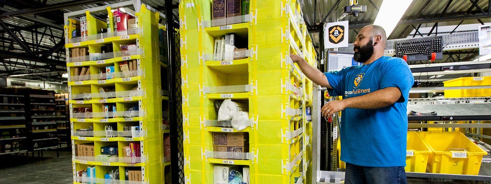 Un magasinier dans les entreprôts d'Amazon