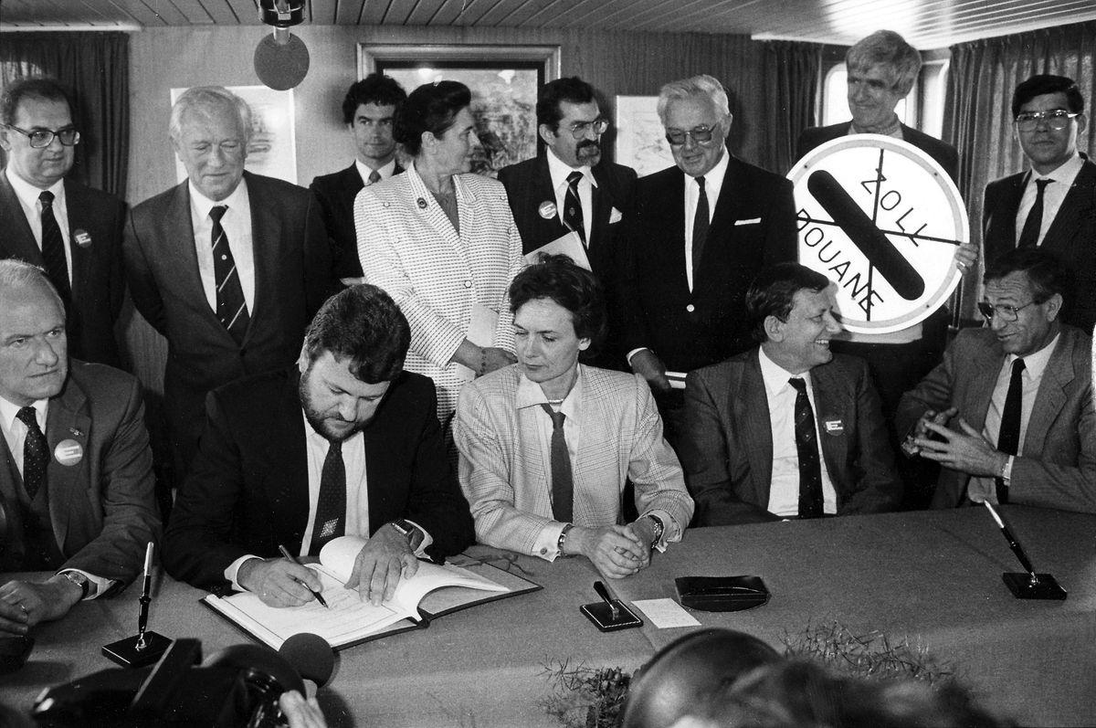 Unterzeichnung des Schengener Abkommens auf dem Wasser: Für Luxemburg signiert der damalige Staatssekretär Robert Goebbels das historische Vertragswerk.