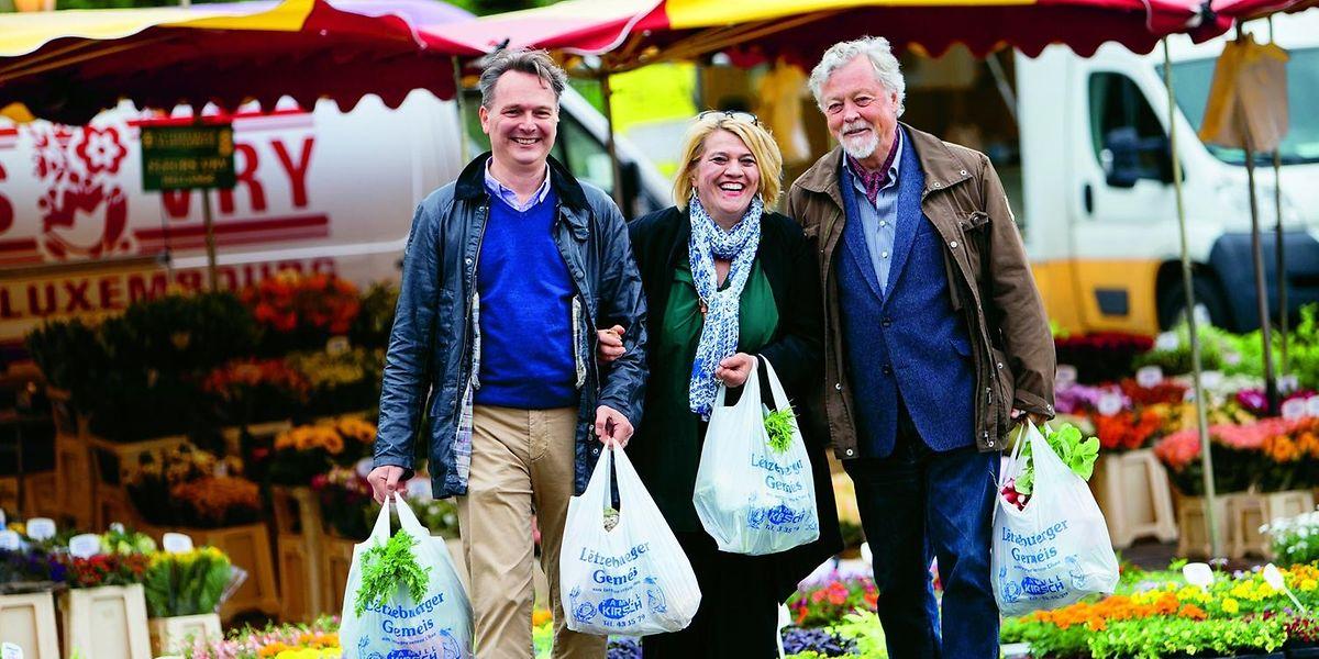 Gutes Essen beginnt beim Einkauf: Léa Linster führt ihre Co-Autoren, Allgemeinarzt Gunter Frank (l.) und Evolutionsbiologe Michael Wink (r.) auf den Wochenmarkt der Place Guillaume II.