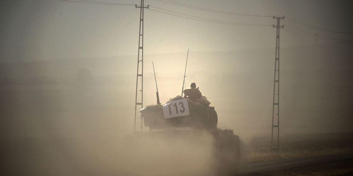 Türkische Panzer überfuhren am Mittwoch die Grenze zu Syrien, um den IS zurückzudrängen.