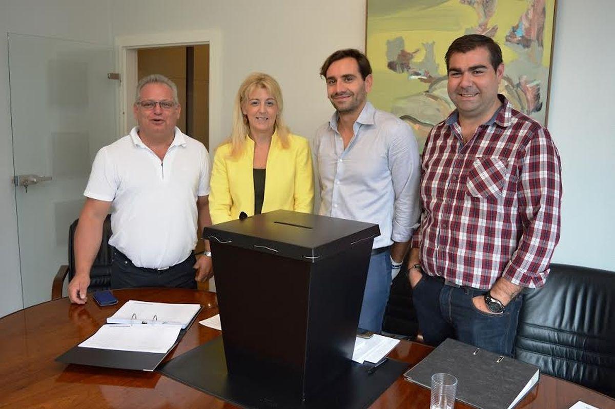 Composição da mesa de voto: (da esq para dir) Joaquim Prazeres, Liliana Bento, Milton Amaral e João Mateus