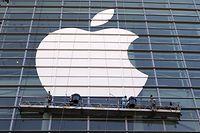 """ARCHIV - 11.06.2016, USA, San Francisco: Arbeiter bringen ein übergroßes Apple-Logo an einer Glasfassade an. (Zu dpa """"Bericht: Apple Intel-Chips bei Macs durch eigene Prozessoren ersetzen"""") Foto: Christoph Dernbach/dpa +++ dpa-Bildfunk +++"""
