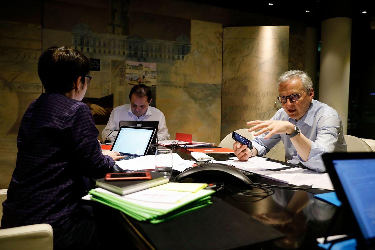 Der französische Wirtschafts- und Finanzminister Bruno Le Maire (rechts) spricht am Telefon mit Mario Centeno, Vorsitzender der Euro-Gruppe.
